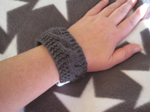Strickanleitung Armband mit Zopfmuster